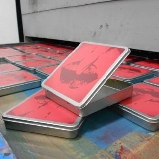 Personalizzazione serigrafica di scatole in alluminio a più colori. Dimensione scatola 10x10x2 cm